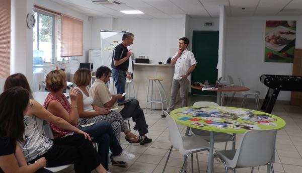 Philippe Chartin en séance de coaching, team building, atelier orchestres ses équipes pour Kairos-Pro.